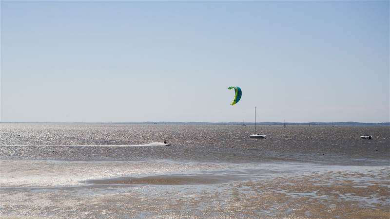 kite surfing in front of la tosca